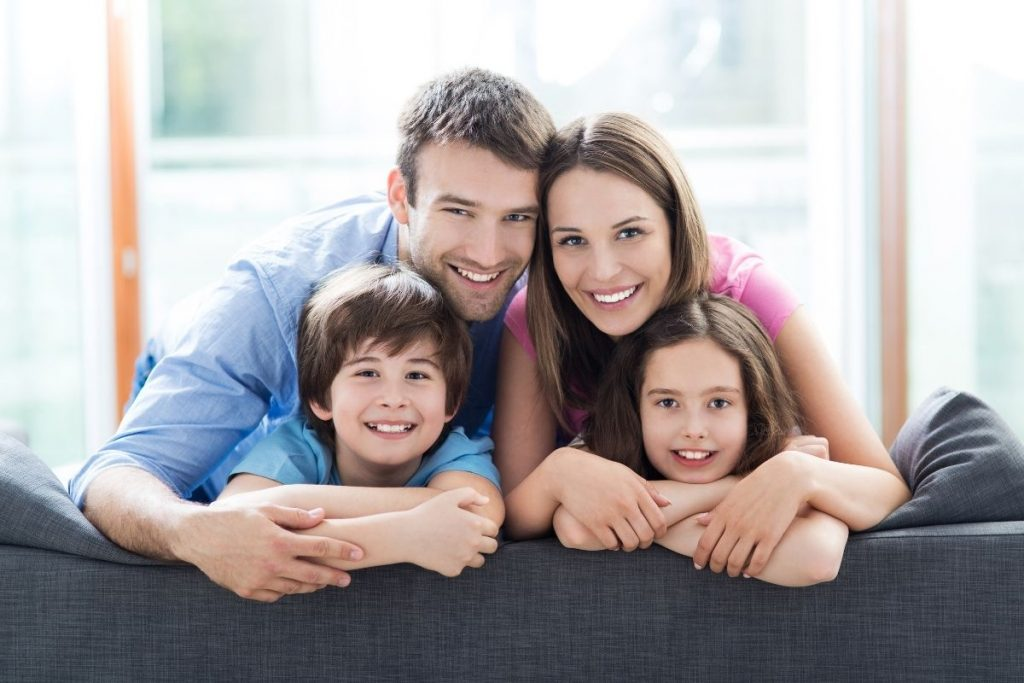 Szczęśliwa rodzina po terapii rodzinnej w gabinecie psycholog Beaty Gołębiowskiej